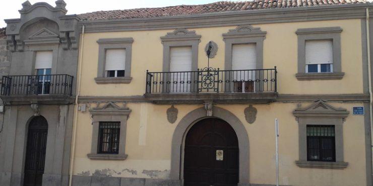Casa de dos plantas y jardín, junto a Plaza Sta. Ana